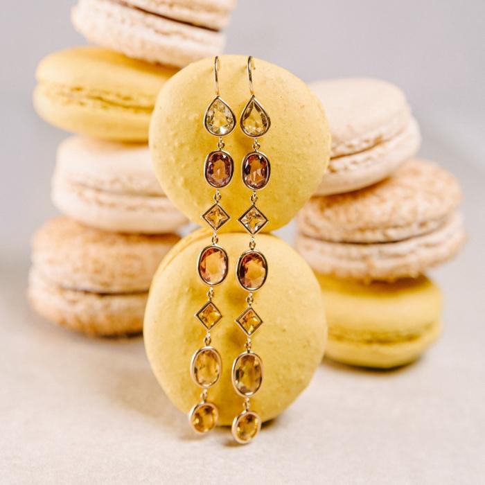 Ohrhänger-Paar in 750/Rosegold mit 14 unterschiedlich farbigen Saphiren von 12,38ct, Länge der Ohrringe 8cm.