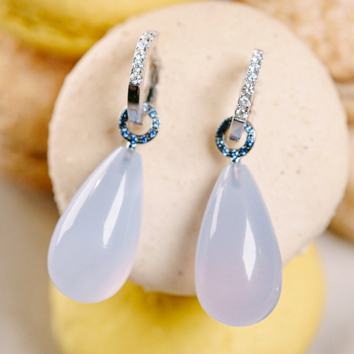 Ein Paar Calcedon Einhänger Cabochon 21,25x11,15mm mit einem Farbverlauf von blauen Saphiren von 0,11ct. Ein Paar Creolen in 750/Weißgold mit Brillanten von 0,45ct TW-si.