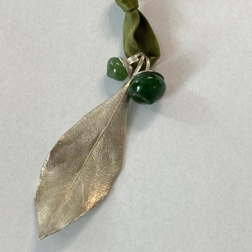 Seidenband und Anhänger mit grünen Jade in Zwiebelform & Lorbeerblatt